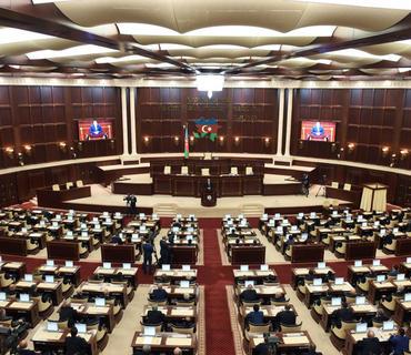 Komendant saatı müddətində Milli Məclisin deputatları xidməti vəsiqə ilə hərəkət edəcək