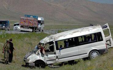 Şəkidə turistləri aparan mikroavtobus qəzaya uğradı