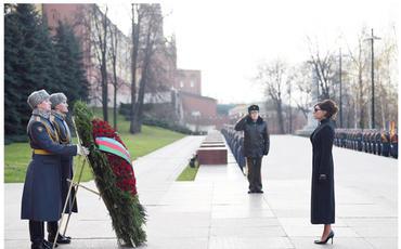 Birinci vitse-prezident Mehriban Əliyeva Moskvada naməlum əsgərin məzarını ziyarət edib