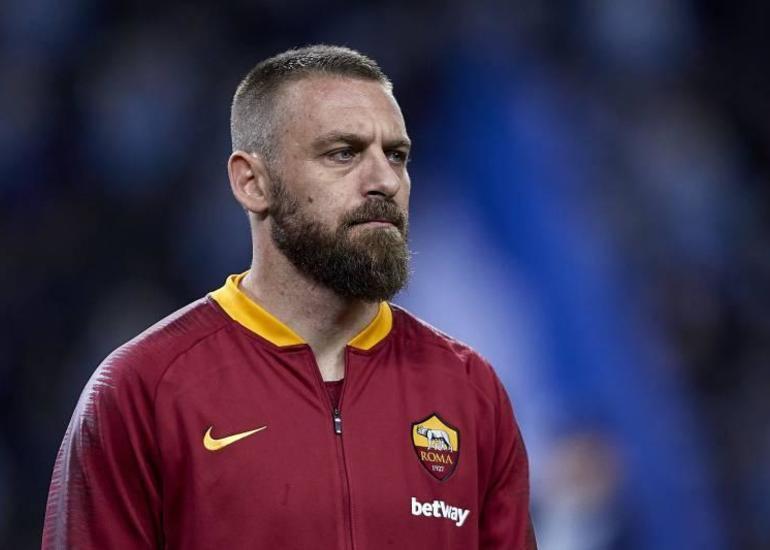 Məşhur futbolçu karyerasını başa vurub