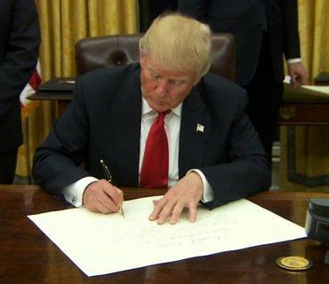 Tramp pandemiya zamanı amerikalıları dəstəkləmək üçün bir sıra fərmanlar imzalayıb