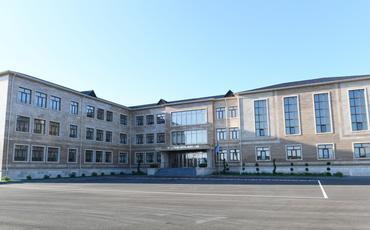 Bakının Qala qəsəbəsində 216 nömrəli tam orta məktəb üçün yeni bina inşa edilib Prezident İlham Əliyev və birinci xanım Mehriban Əliyeva məktəb binasının açılışında iştirak ediblər