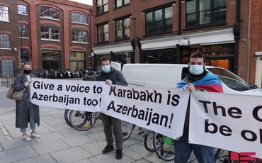 """Azərbaycanlılar """"Guardian"""" nəşrinin binası qarşısında aksiya keçiriblər"""