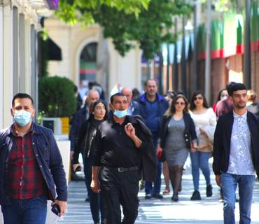 İnsanların yarısı maskanı çənəsində gəzdirir - TƏBİB rəsmisi