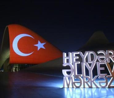 Heydər Əliyev Mərkəzinin binası üzərinə Türkiyə bayrağı proyeksiya olunub