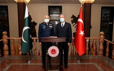 Hulusi Akar Pakistan HHQ-nin komandanı ilə görüşüb