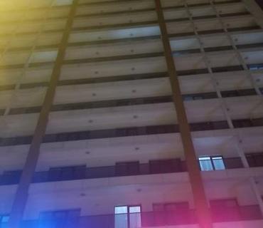 3 oğlanla otelə gedən qız özünü atıb öldürdü