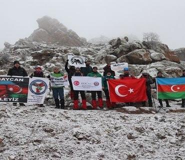 Türkiyə alpinistləri Xocalı qurbanlarını Haçadağda yad ediblər