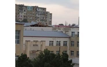 Güclü külək Bakıda məktəbin dam örtüyünü uçurub - FOTO