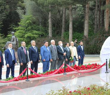 QHT təmsilçiləri Ümummilli Lider Heydər Əliyevin məzarını ziyarət ediblər