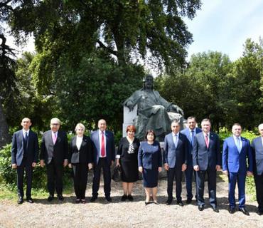 Parlament üzvləri Romada Nizami Gəncəvinin abidəsini ziyarət edib